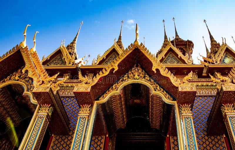Uthaithani, 18 Grudzień, 2018: Złota świątynia z pięknym niebieskiego nieba tłem w wsi Tajlandia, Wat Śpiewający obrazy stock