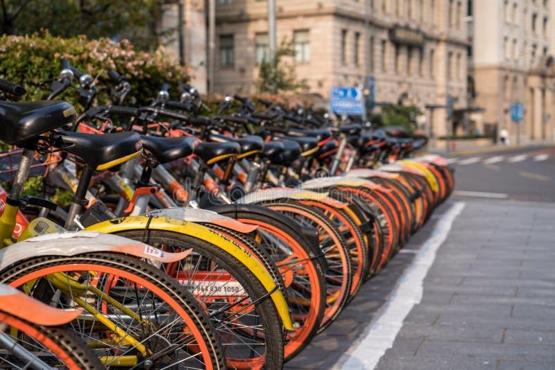 Uthyrnings- cyklar på den Sichuan vägen i Shanghai royaltyfri fotografi