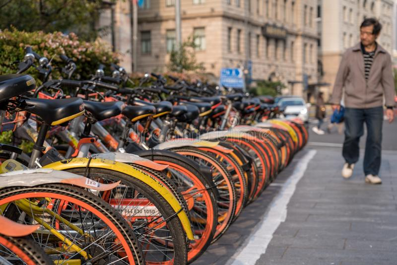 Uthyrnings- cyklar på den Sichuan vägen i Shanghai arkivbilder