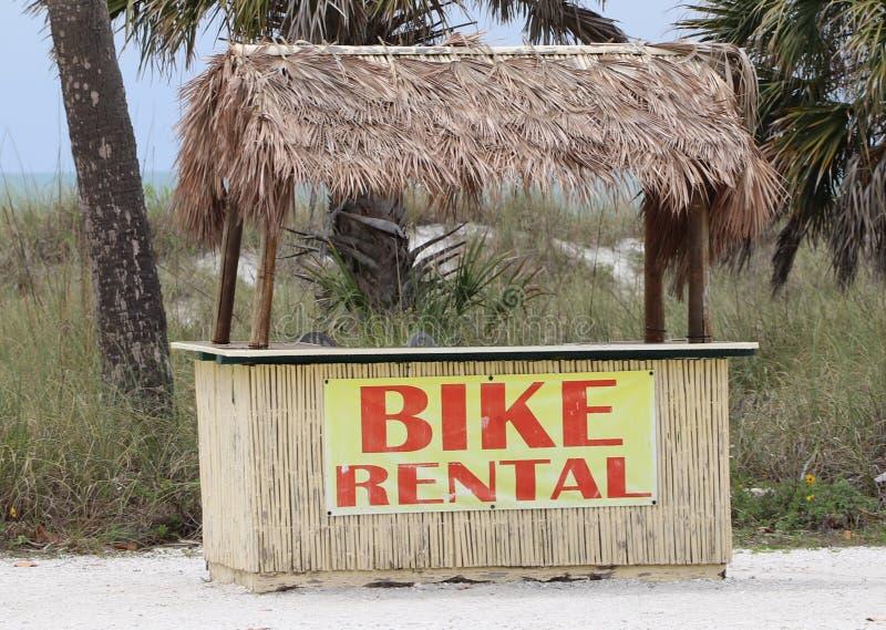 Uthyrnings- ställning för Tiki cykel på stranden för St pete, stranden #5 i Amerika arkivfoton