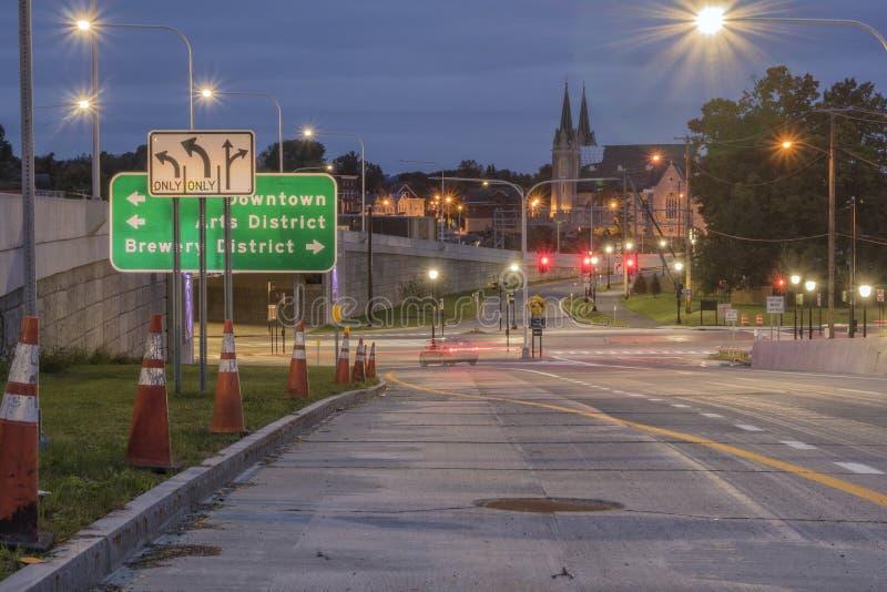 UTICA, NEW YORK - 30. SEPTEMBER 2018: Nachtaufnahme von Utica-Stadt-Straßen mit Zeichen und Ampel im Hintergrund lizenzfreies stockbild