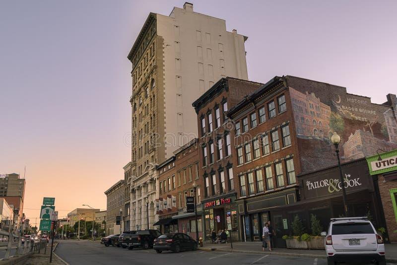 UTICA, NY, США - ИЮНЬ 20, 2018: Блок старых зданий в районе улицы Genesee историческом в городском Utica, штат Нью-Йорк, США стоковая фотография rf