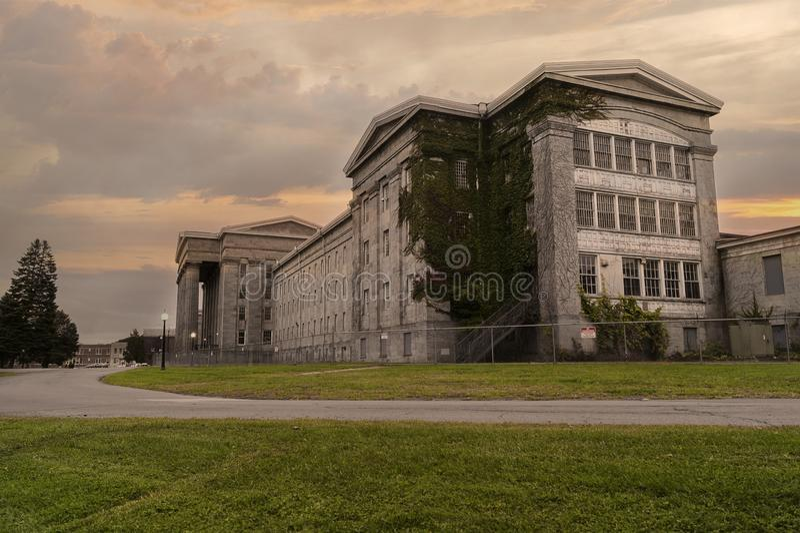UTICA NY, USA - OKTOBER 03 2018: Utica den psykiatriska mitten, också som är bekant som Utica det statliga sjukhuset som öppnas i royaltyfri bild