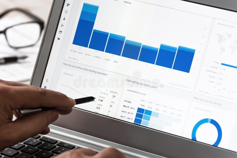 Utilisant l'Analytics de Google dans le bureau photos libres de droits