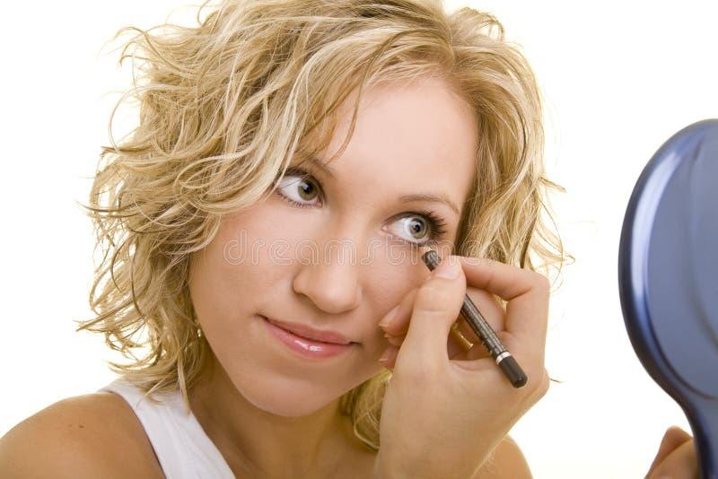 Utilisant l'eyeliner photos stock