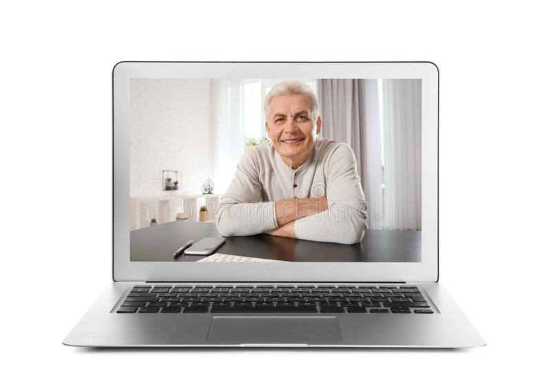 Utilisant l'ordinateur portable pour la causerie visuelle avec l'homme sur le blanc images libres de droits
