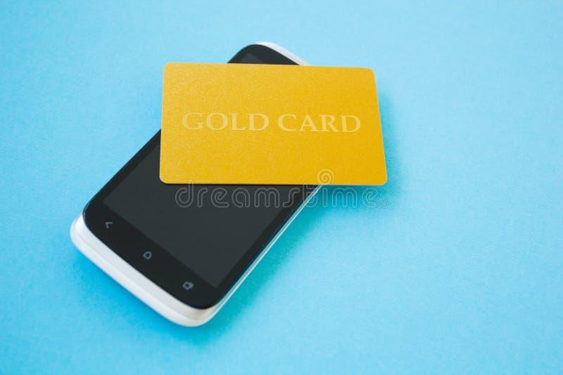 Utilisant la carte de crédit et le smartphone pour acheter en ligne Concept en ligne d'achats photo libre de droits