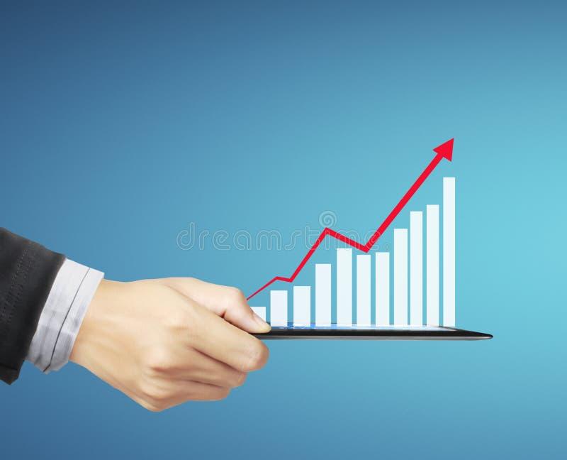 Utilisant la tablette à travailler avec des données financières images stock