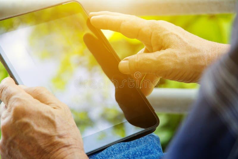 Utilisant la tablette digitale photos libres de droits