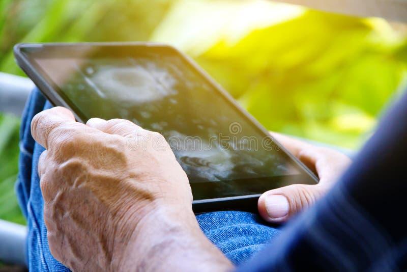 Utilisant la tablette digitale photo libre de droits