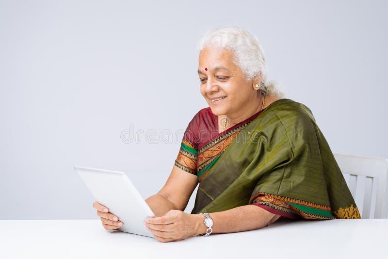 Utilisant la tablette digitale images stock