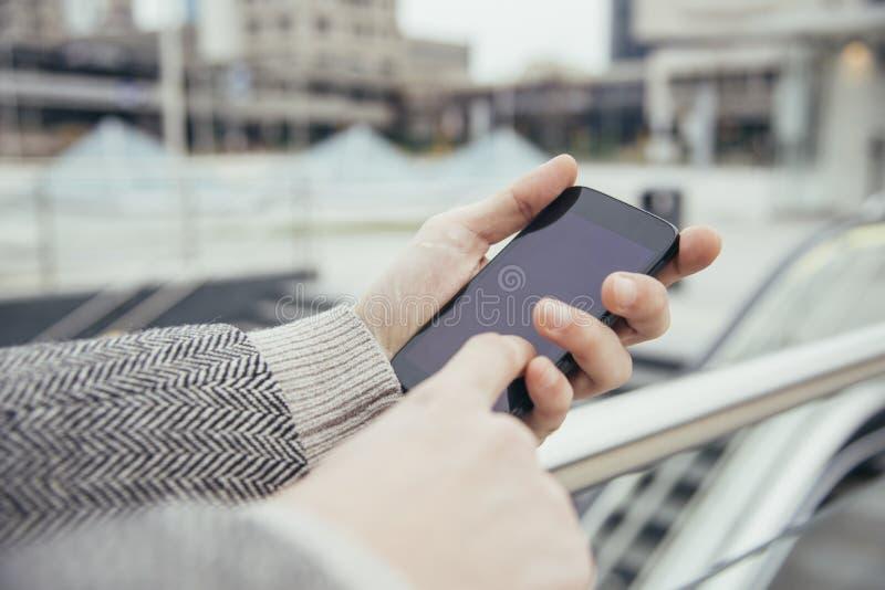 Utilisant la ville de smartphone photographie stock libre de droits