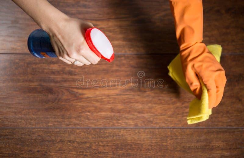 Utilisant le chiffon pour nettoyer le bois poussiéreux photographie stock