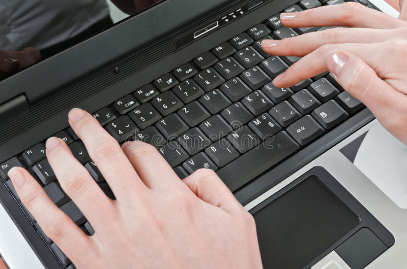 Utilisant le clavier photos libres de droits