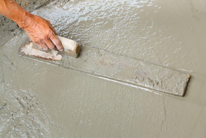 Utilisant le flotteur sur la surface de niveau du béton photo libre de droits