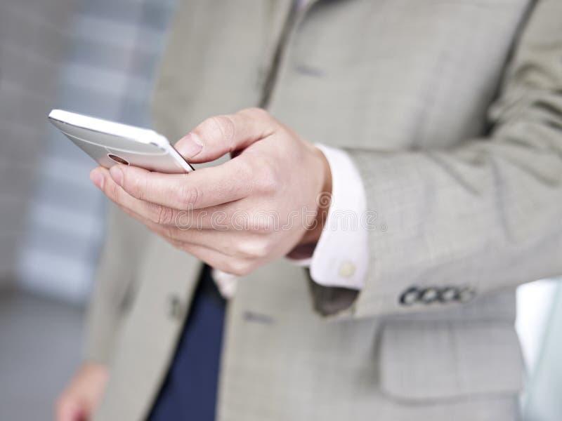 Utilisant le smartphone photo libre de droits