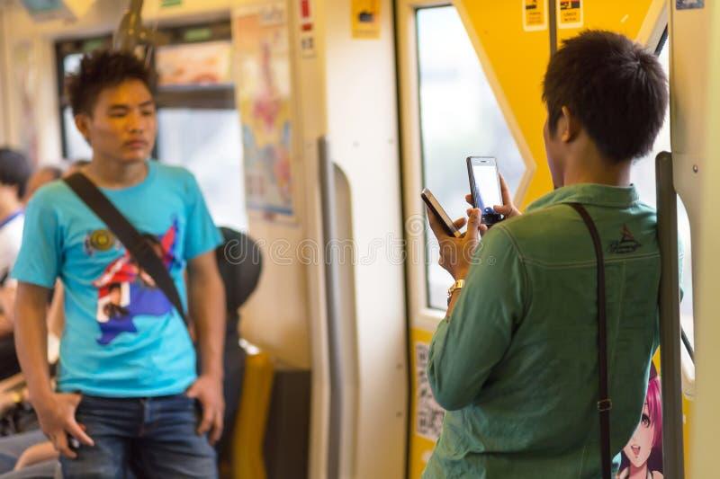 Utilisant le smartphone dans le transport en commun photos libres de droits