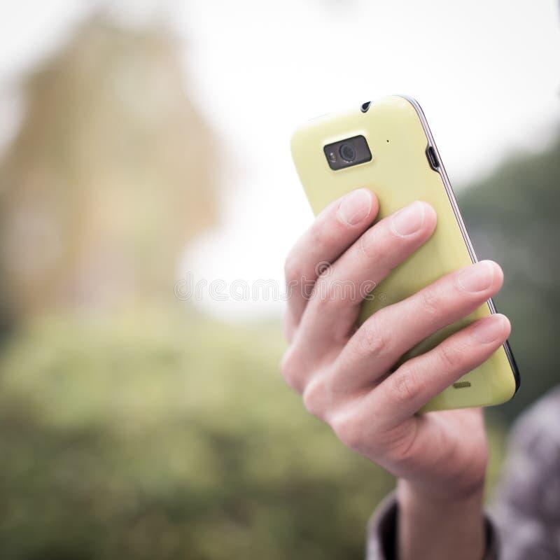 Utilisant le téléphone portable photo stock