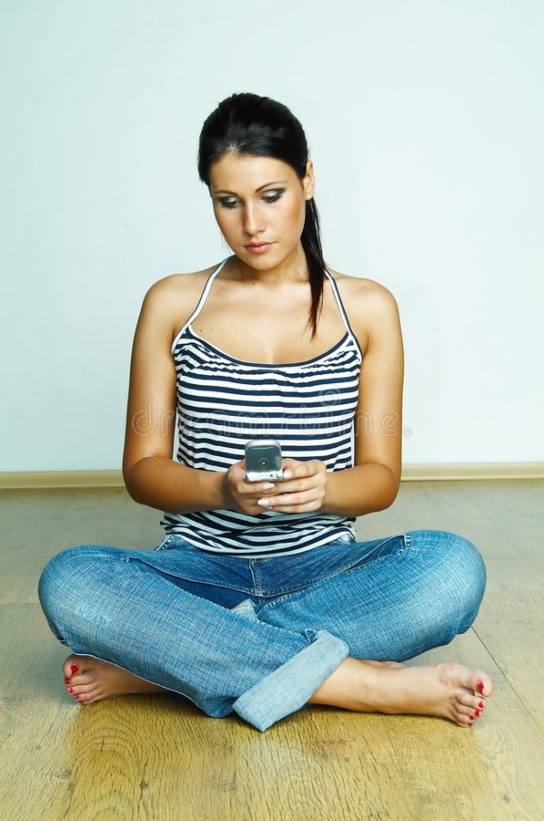 Utilisant le téléphone portable images libres de droits