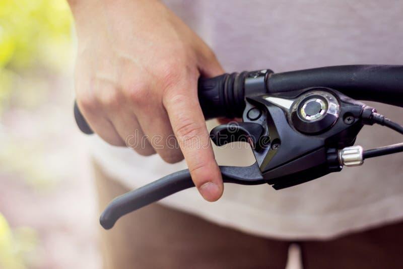 Utilisant un frein de bicyclette photo libre de droits