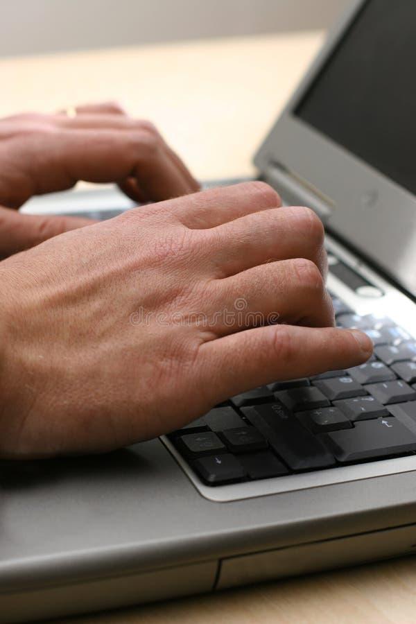 Utilisant un ordinateur portatif photographie stock libre de droits