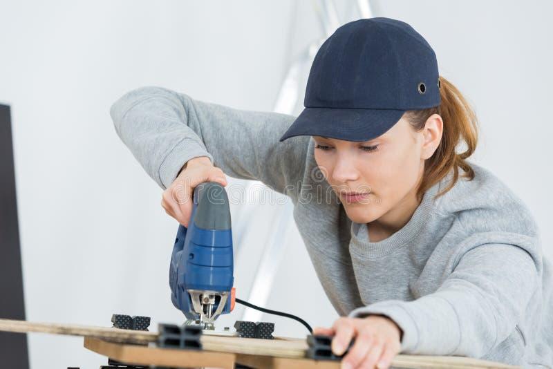 Utilisant une agrafeuse en bois image libre de droits