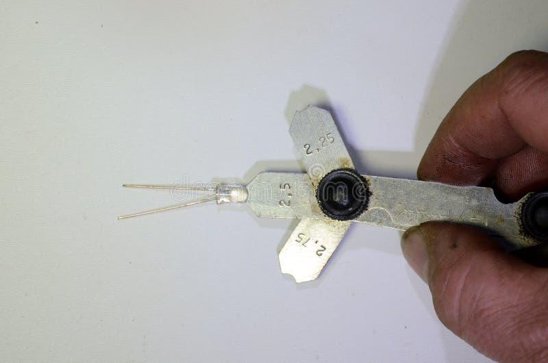 Utilisant une mesure métrique de rayon images stock