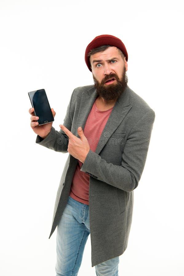 Utilisateur outragé Le smartphone brutal de prise d'aspect de despote d'homme a isolé blanc Type brutal barbu se dirigeant au sma image libre de droits