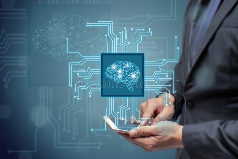 Utilisation AI d'homme ou d'ingénieur d'affaires ou concept intelligent artificiel, nuage calculant, exploitation de données, app photo stock