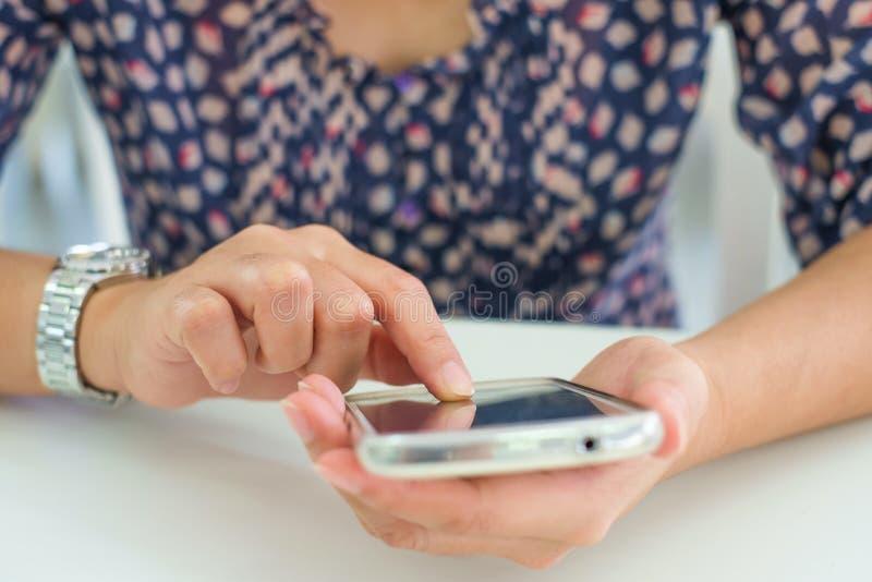 Utilisation asiatique ou smartphone de femme photo libre de droits