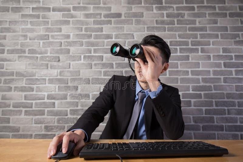 Utilisation d'homme d'affaires binoculaire images stock