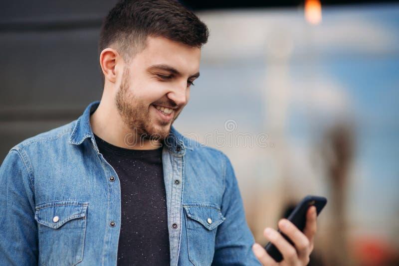 Utilisation d'homme un téléphone photos stock