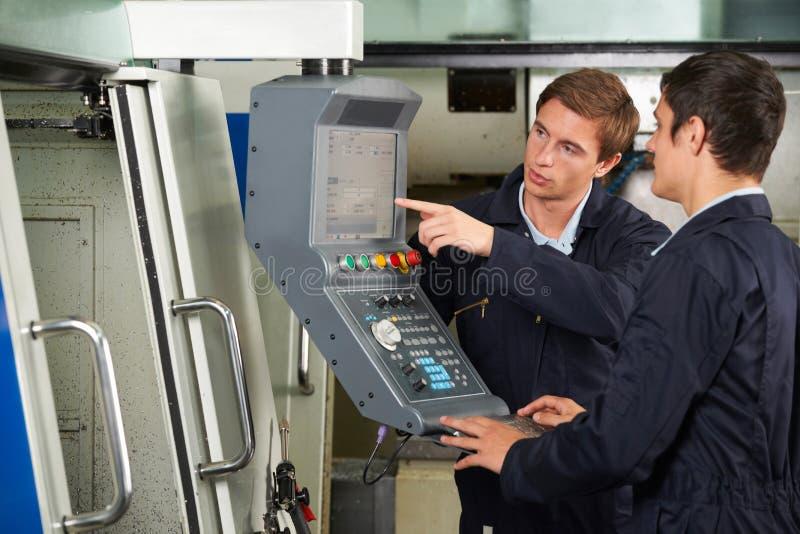 Utilisation d'Instructing Trainee On d'ingénieur d'outil de coupe de Compterized photo stock