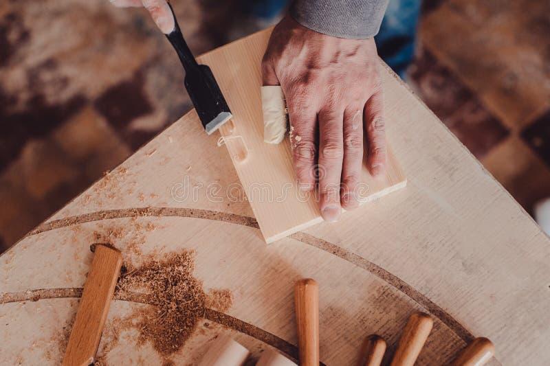 utilisation de charpentier un burin aux formes une planche en bois images libres de droits