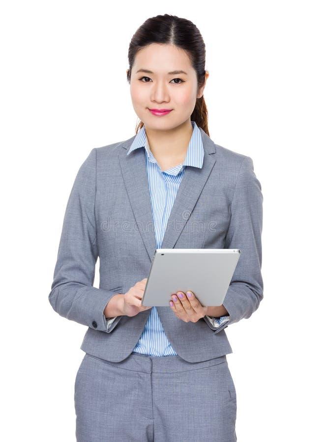 Utilisation de femme d'affaires du PC de comprimé photographie stock libre de droits