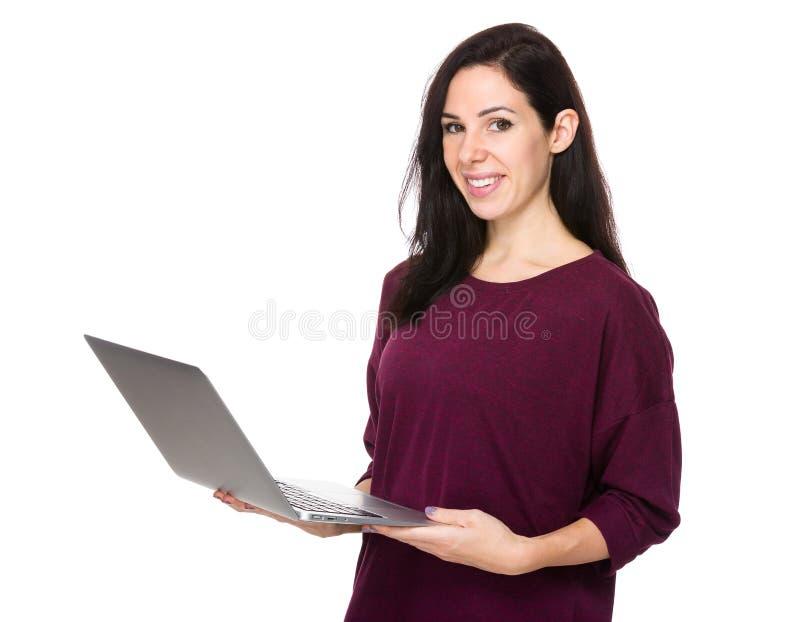 Download Utilisation De Femme De Brune De L'ordinateur Portable Photo stock - Image du adulte, heureux: 56490254