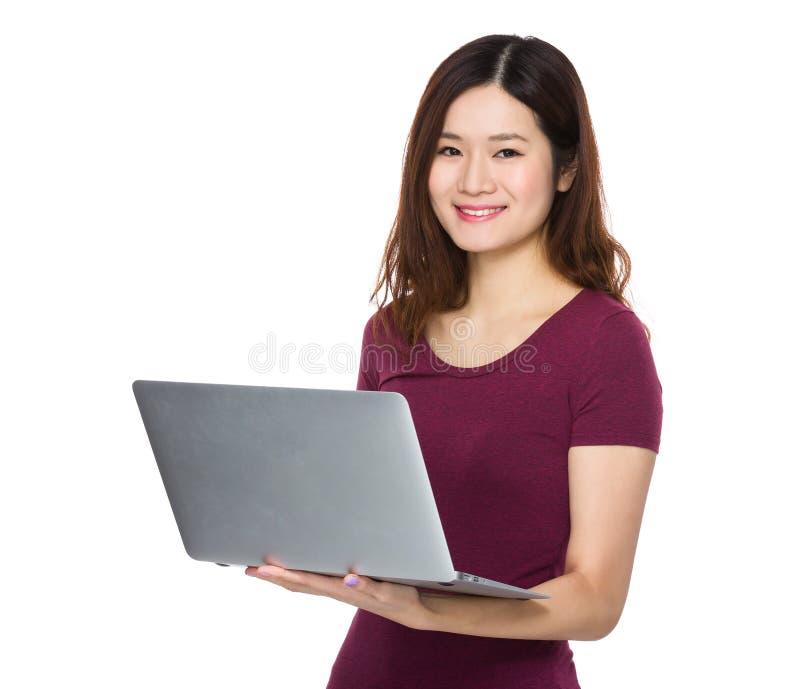 Utilisation de femme de l'ordinateur portable image stock
