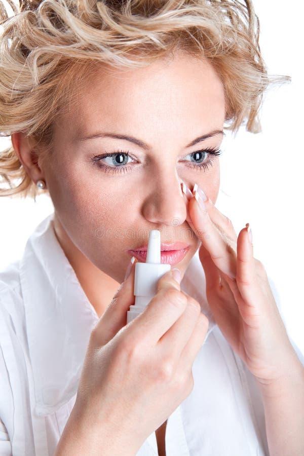 Utilisation de femme qu'un bronchique inhale images stock