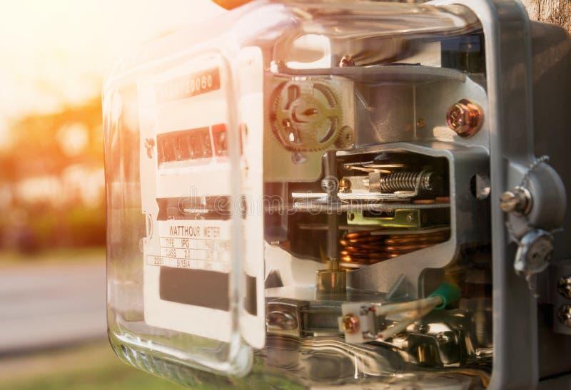 Utilisation de mesure de puissance de mètre de courant électrique Watt-heure m électrique images stock