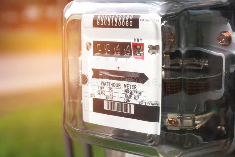 Utilisation de mesure de puissance de mètre de courant électrique Watt-heure m électrique photos stock