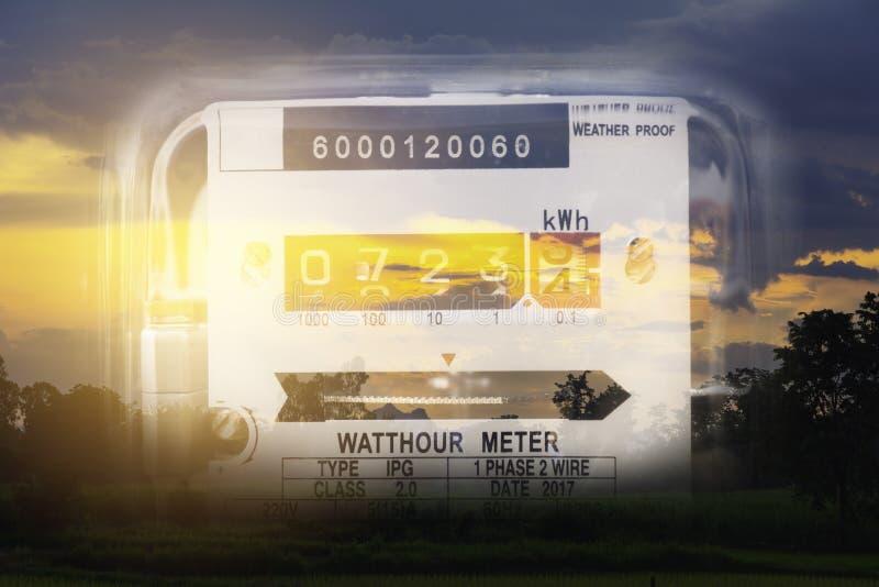 Utilisation de mesure de puissance de m?tre de courant ?lectrique Outil de mesure de m?tre ?lectrique de watt-heure image libre de droits