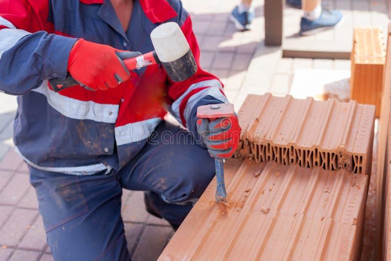 Utilisation de travail de construction un burin de casser des briques photo libre de droits