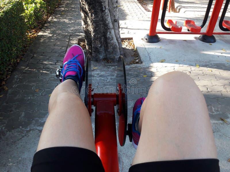 Utilisation des machines d'exercice Vélo stationnaire photos libres de droits