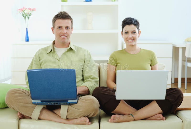 utilisation heureuse de couples d'ordinateur photo libre de droits
