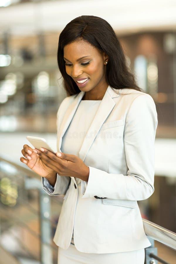 utilisation intelligente de téléphone de femme d'affaires image stock