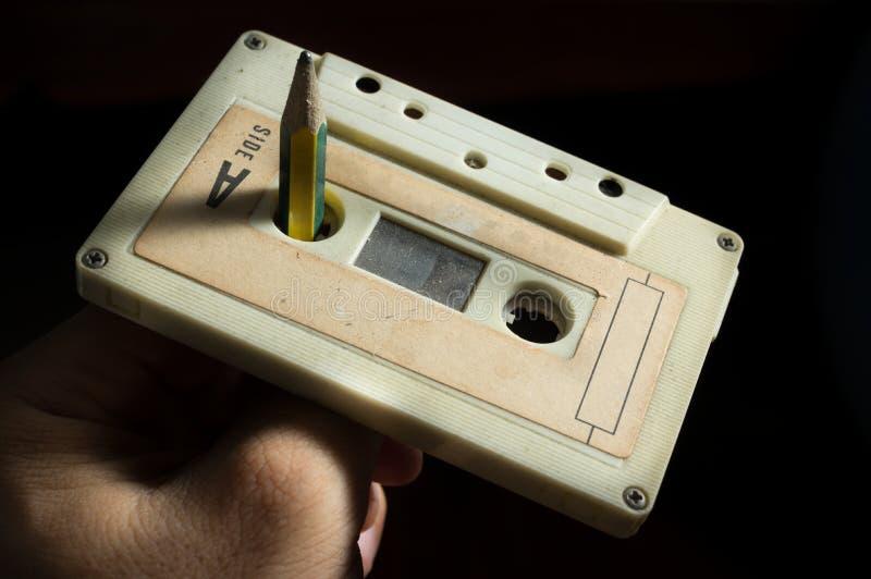 Utilisez le crayon à l'enregistreur à cassettes de rotation image libre de droits