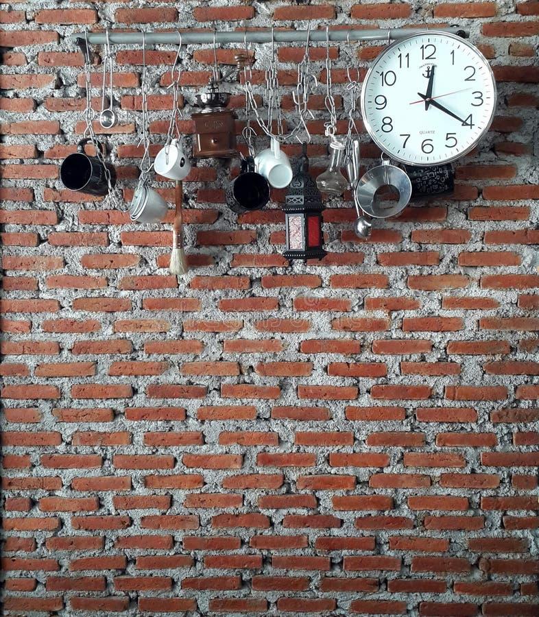 Utilités accrochant sur le mur photo libre de droits