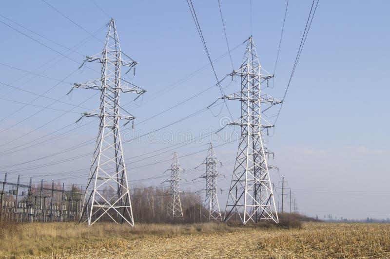 utilities Um número de linhas elétricas de alta tensão fotografia de stock royalty free