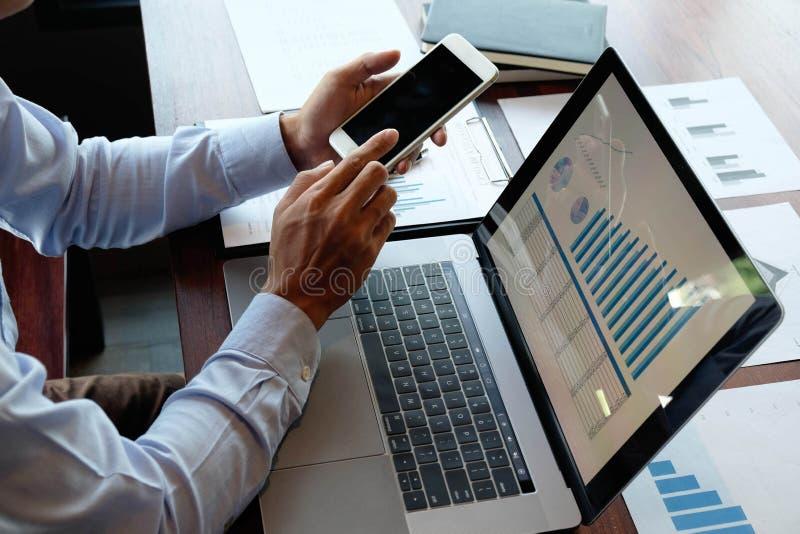 Utilização do telefone para trabalho, pesquisa de informações sobre operações empresariais e compras e investimentos em linh fotografia de stock royalty free