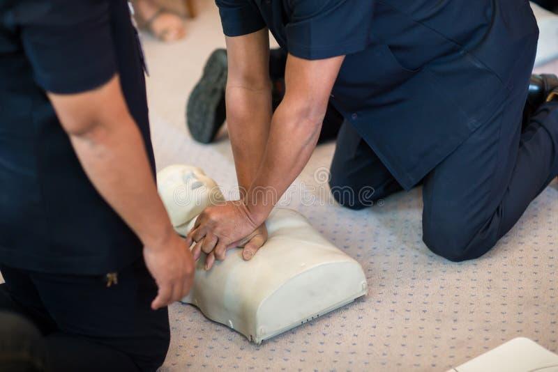 Utilização do treinamento do CPR e uma válvula da máscara do AED e do saco em um manequim adulto do treinamento fotografia de stock royalty free
